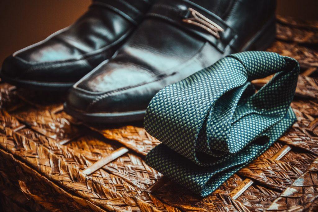 zapatos y corbata es recomendable para ir a buscar trabajo