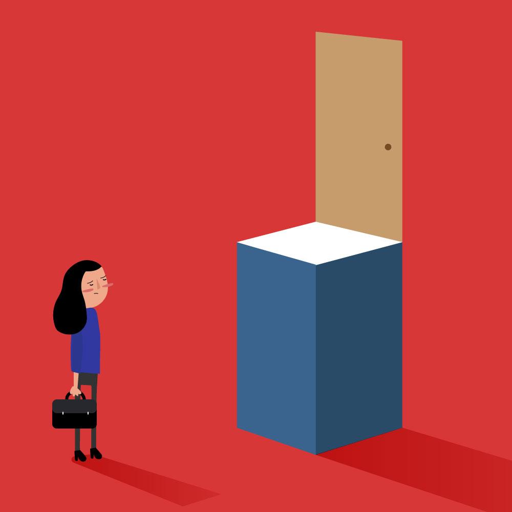 Se muestra una puerta sobre un pilar muy alto. Abajo, una mujer que observa la puerta que no puede alcanzar.