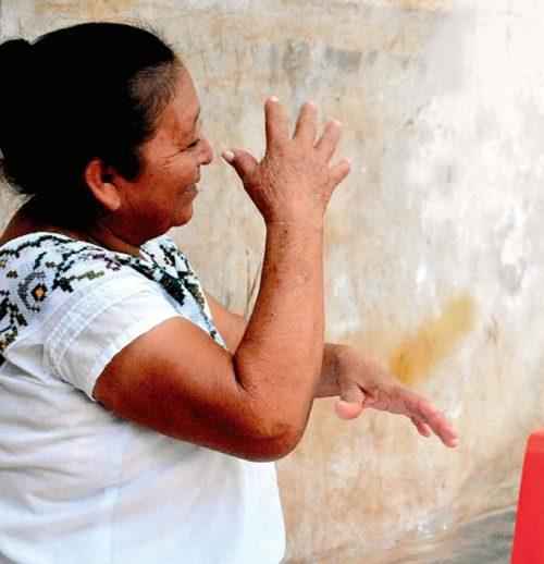 Persona haciendo una seña en Lengua de señas Maya